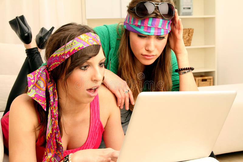 Twee jonge meisjes met computer royalty-vrije stock afbeeldingen
