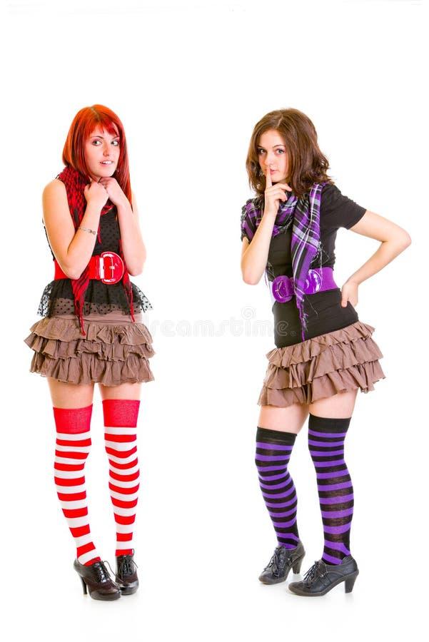 Twee jonge meisjes met foxy uitdrukking op gezicht stock foto