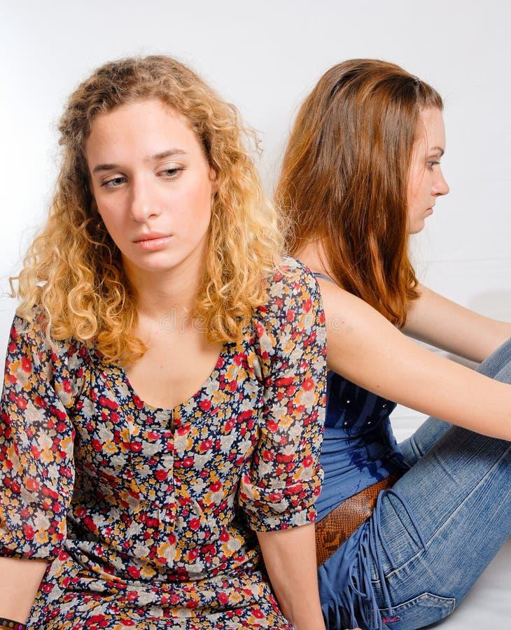 Twee jonge meisjes in verdriet stock afbeelding