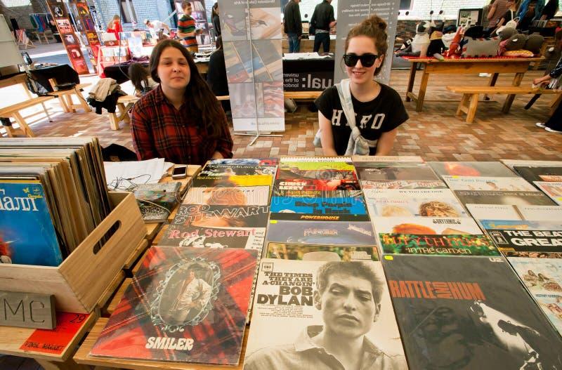 Twee jonge meisjes verkopen uitstekende vinylverslagen royalty-vrije stock foto