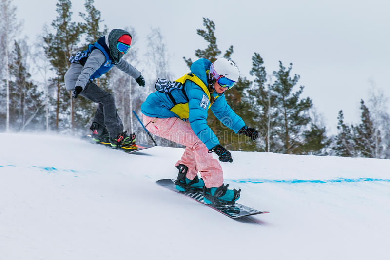 Twee jonge meisjesatleet van de snoubordisty bergaf concurrentie royalty-vrije stock afbeelding