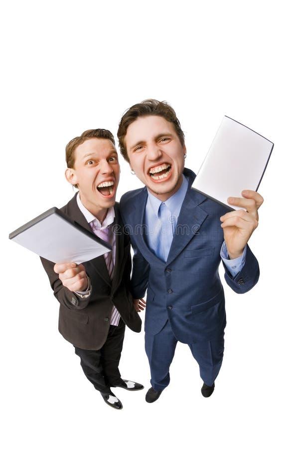 Twee jonge mensen die DVDs voor verkoop aanbieden stock afbeelding