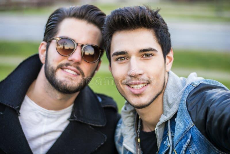 Twee jonge mensen die selfie nemen stock foto