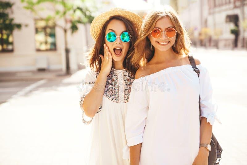 Twee jonge modellen van modieuze hippie donkerbruine en blonde vrouwen royalty-vrije stock foto's