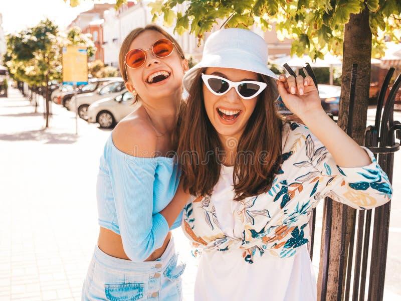 Twee jonge mooie glimlachende hipster meisjes in in de zomerkleren royalty-vrije stock foto