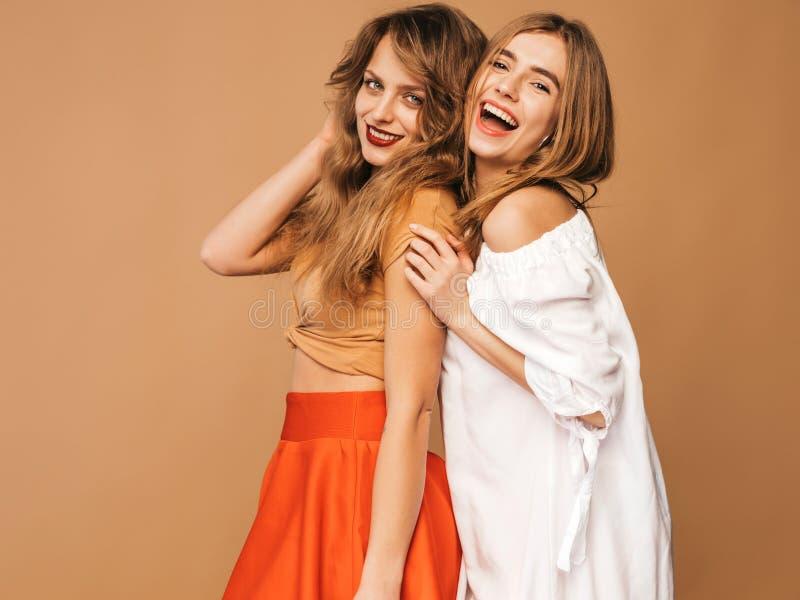 Twee jonge mooie hipstermeisjes in in kleren in studio stock afbeelding