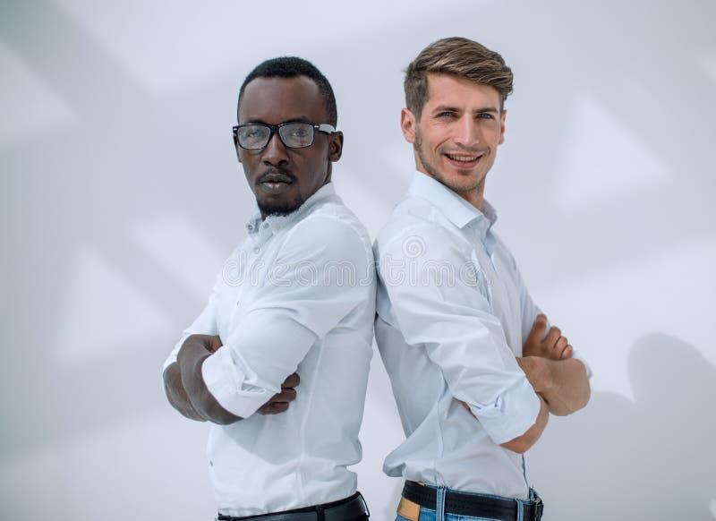 Twee jonge partners die zich rijtjes bevinden royalty-vrije stock afbeeldingen