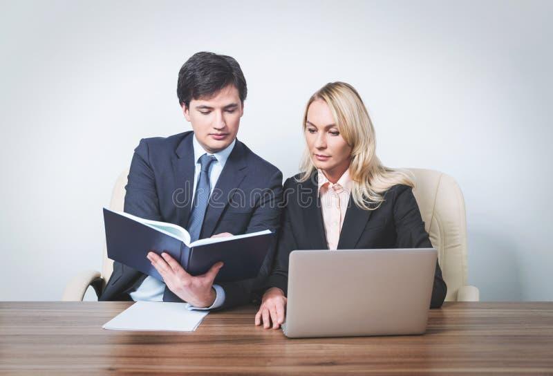 Twee jonge partners op vergadering stock afbeeldingen