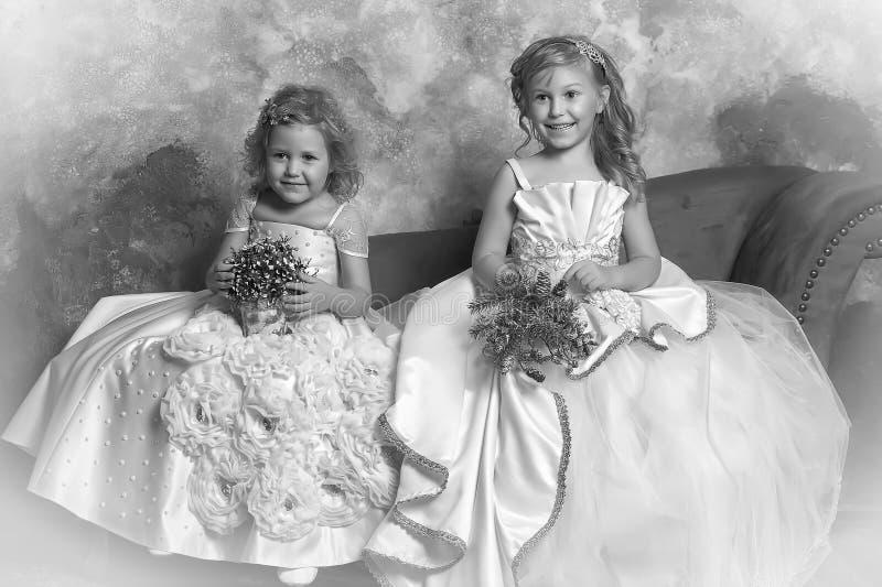 twee jonge prinsessen in wit royalty-vrije stock foto