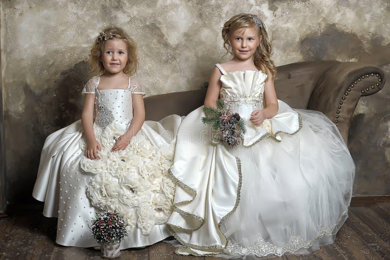 twee jonge prinsessen in wit royalty-vrije stock foto's