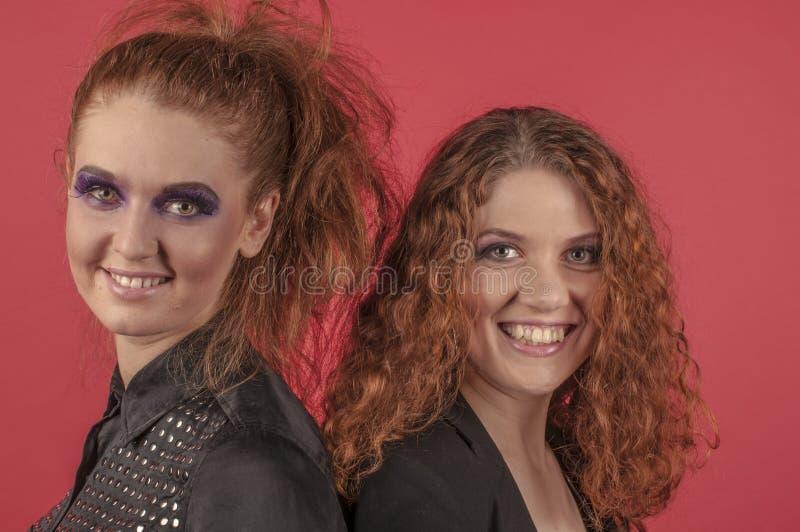 Twee jonge roodharige meisjes in heldere samenstelling royalty-vrije stock afbeeldingen