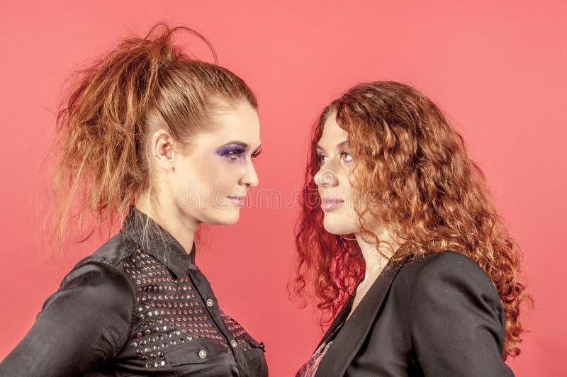Twee jonge roodharige meisjes in heldere samenstelling royalty-vrije stock foto