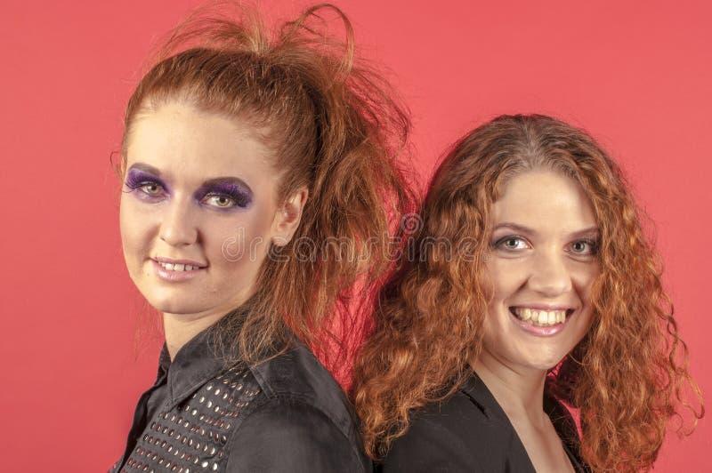 Twee jonge roodharige meisjes in heldere samenstelling stock foto's