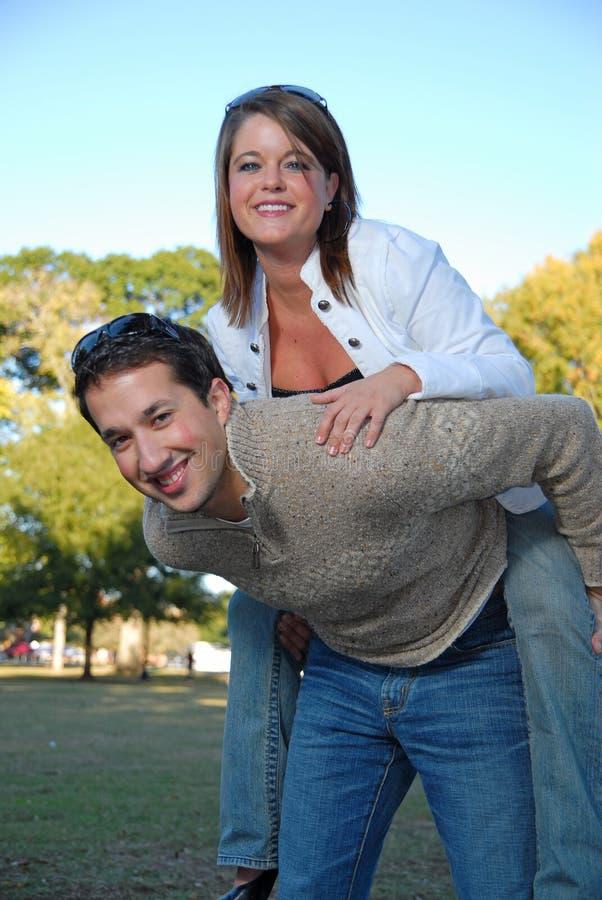 Twee jonge studenten die rond spelen stock foto