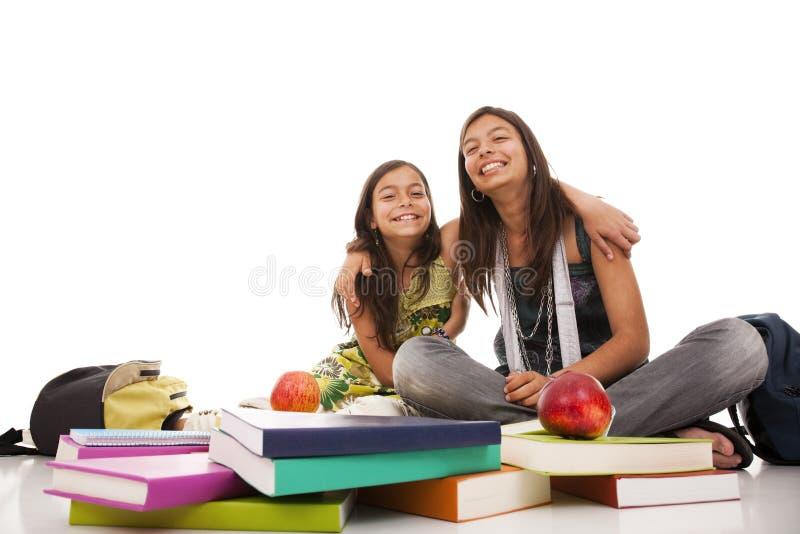 Twee jonge studentenzusters stock foto