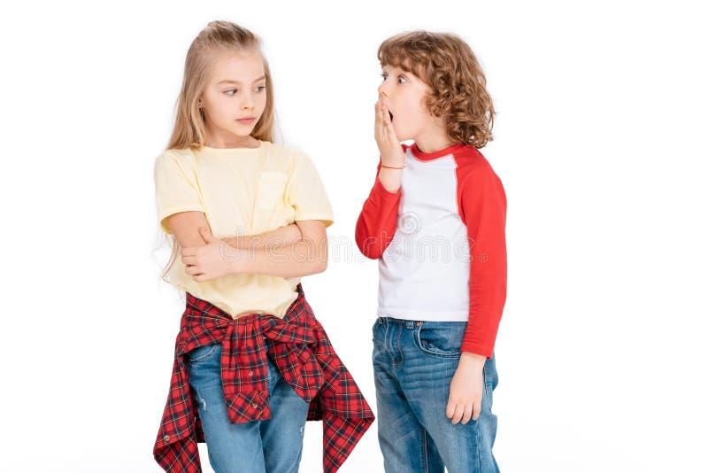 Twee jonge vrienden met geschokte uitdrukking stock foto's