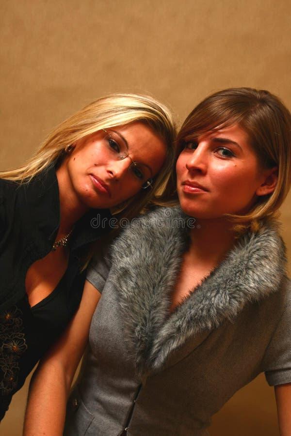 Twee jonge vrouwelijke vrienden royalty-vrije stock afbeelding