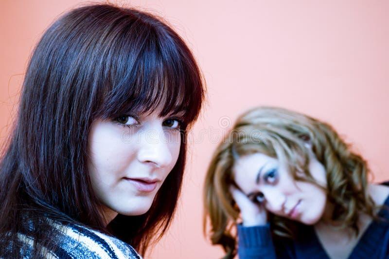 Twee jonge vrouwen.    stock afbeeldingen