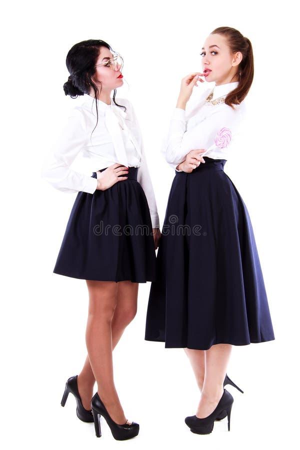 Twee jonge vrouwen die de leraar en de leerling spelen stock foto