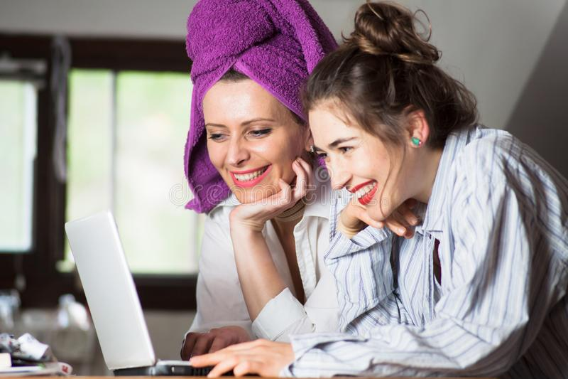 Twee jonge vrouwen die Internet surfen stock afbeeldingen