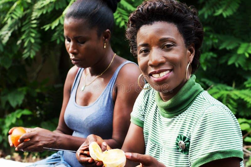 Twee jonge vrouwen die plattelandsoutput ontspannen stock foto's