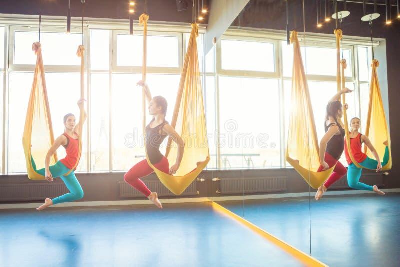 Twee jonge vrouwen die yoga opleiden royalty-vrije stock fotografie