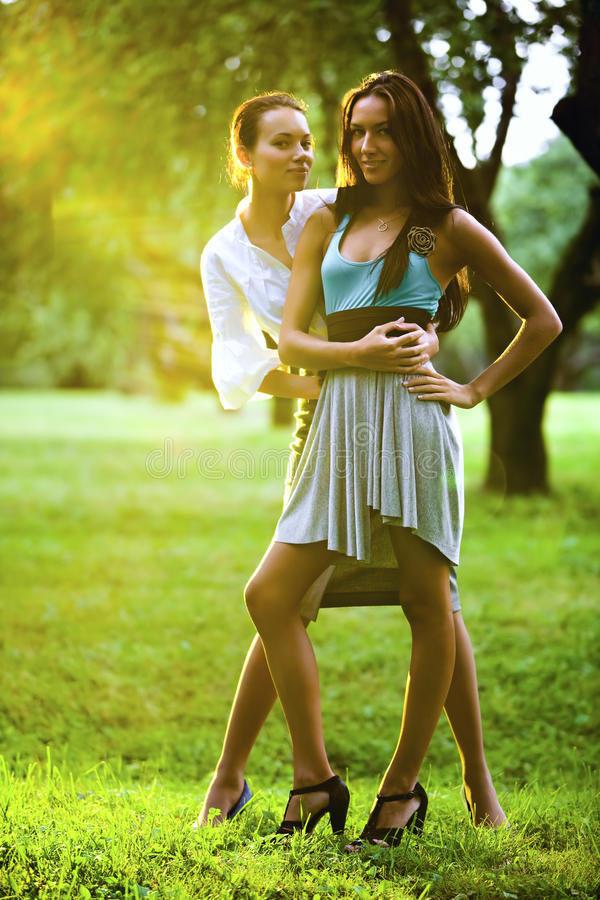 Twee jonge vrouwen in een park royalty-vrije stock fotografie