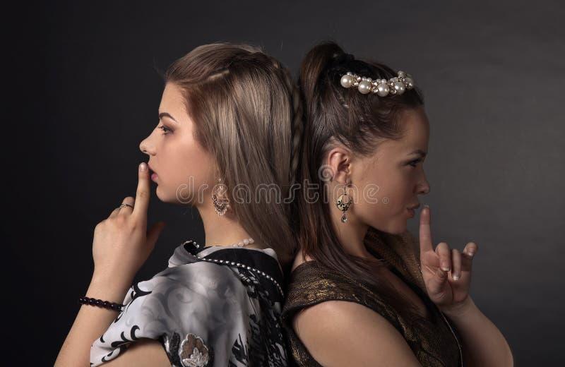 Twee jonge vrouwen in het nationale Indische kostuum royalty-vrije stock foto's