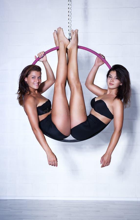 Twee jonge vrouwen op ring royalty-vrije stock foto's