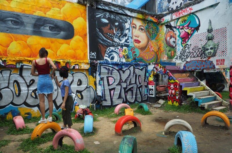 Twee jonge vrouwentribune voor muurschilderingen stock afbeeldingen