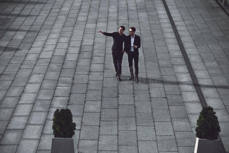 Twee jonge zakenlieden die in de straat lopen royalty-vrije stock fotografie