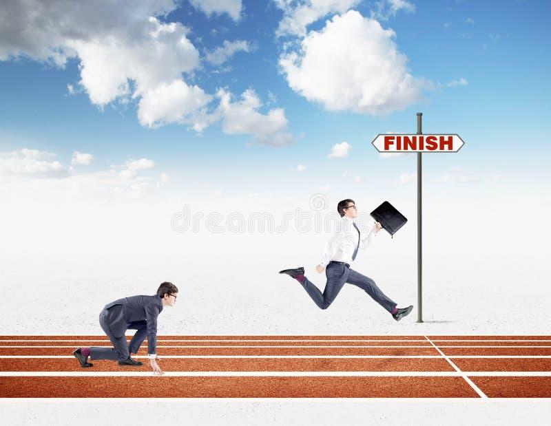 Twee jonge zakenlieden die op het spoor concurreren stock afbeelding