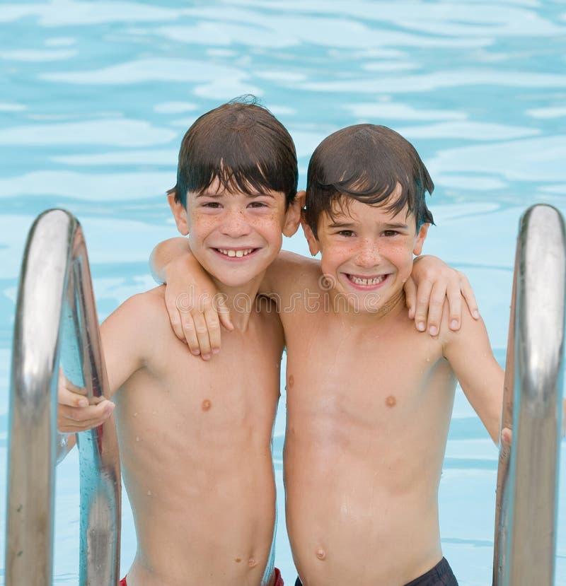 Twee Jongens bij de Pool royalty-vrije stock afbeeldingen