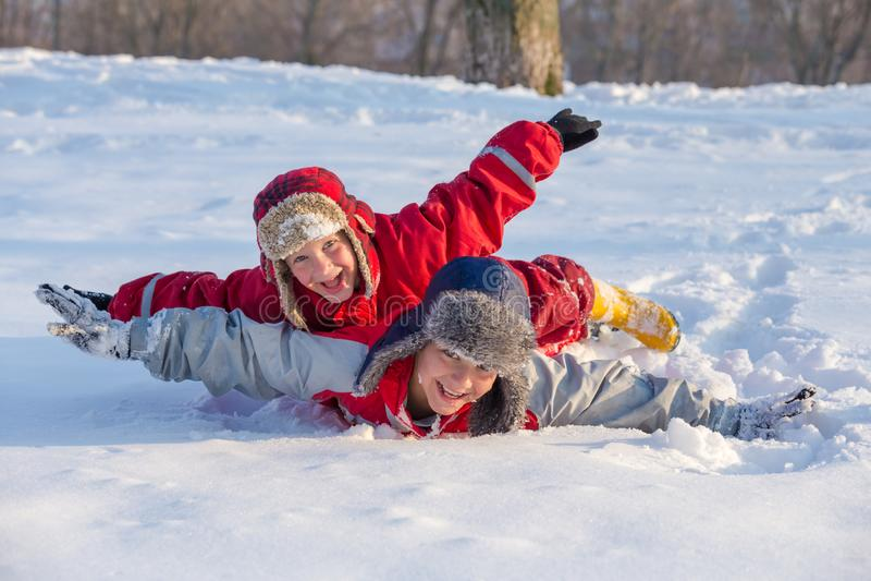Twee jongens die bij het de winterpark spelen, in openlucht stock afbeelding