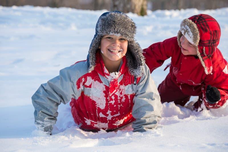 Twee jongens die bij het de winterpark spelen, in openlucht stock afbeeldingen