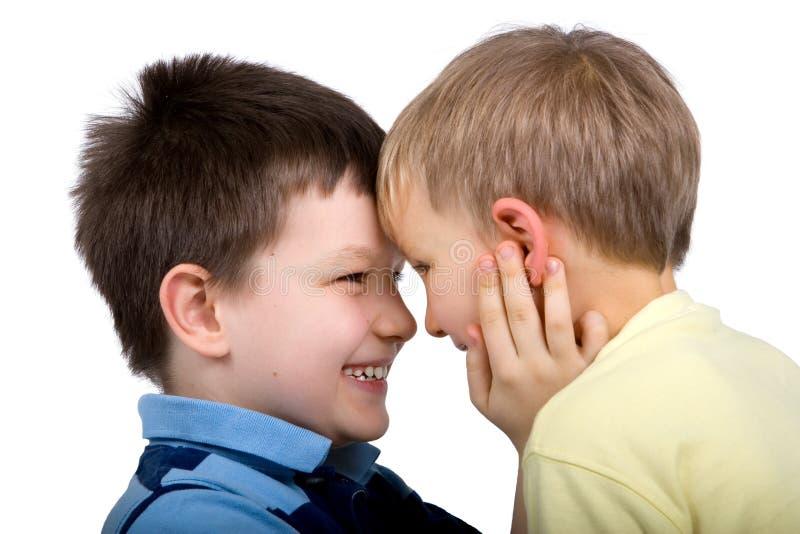 Twee Jongens die gelukkig samen spelen royalty-vrije stock afbeeldingen