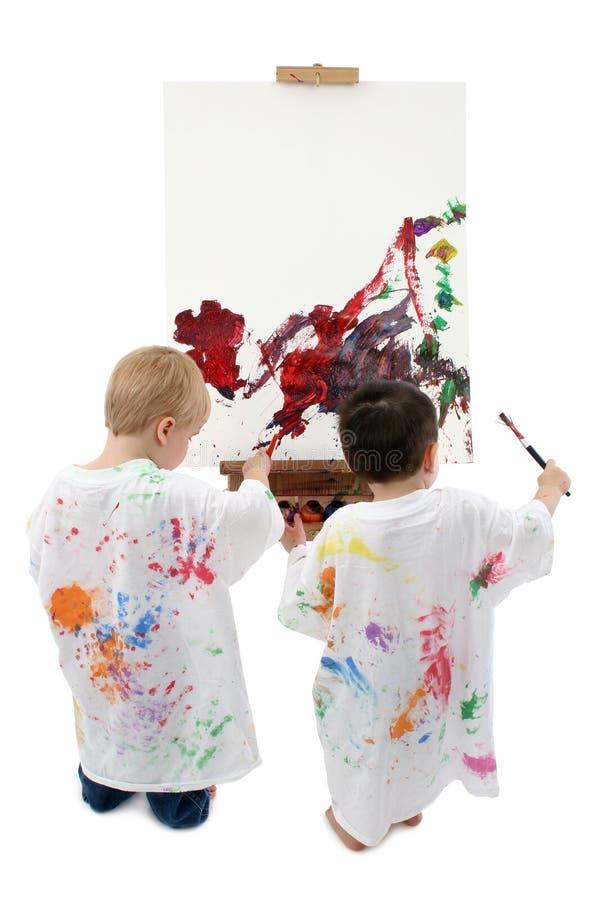 Twee Jongens die van de Peuter bij Schildersezel schilderen royalty-vrije stock afbeeldingen