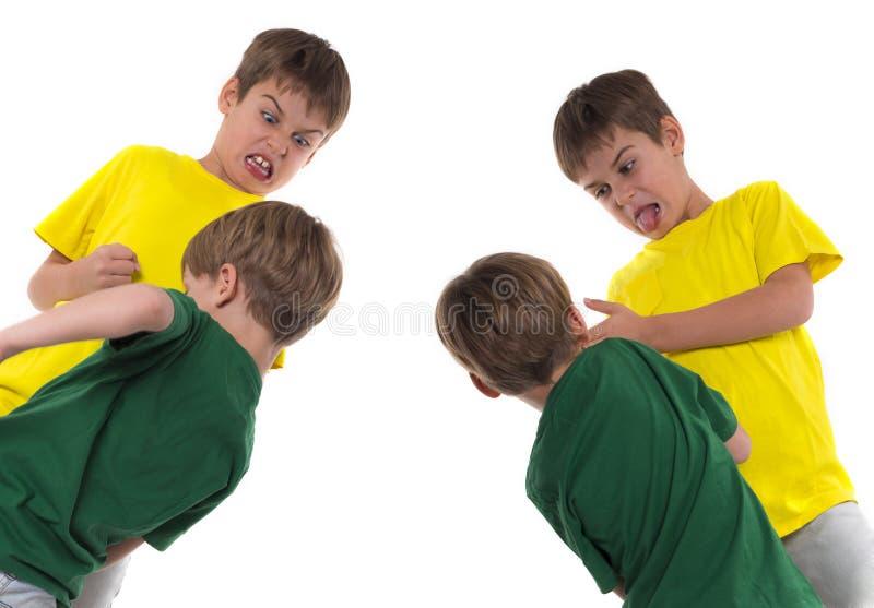 Twee jongens het vechten stock afbeelding