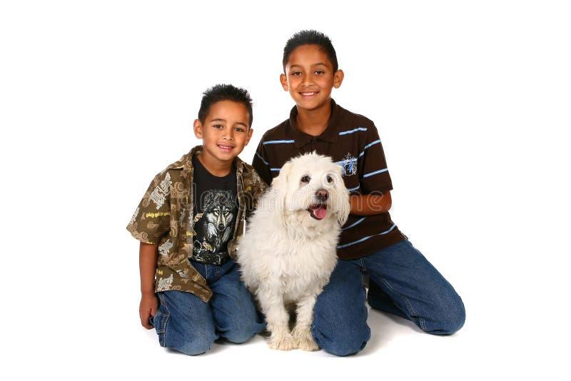 Twee Jongens met een Witte Hond royalty-vrije stock foto