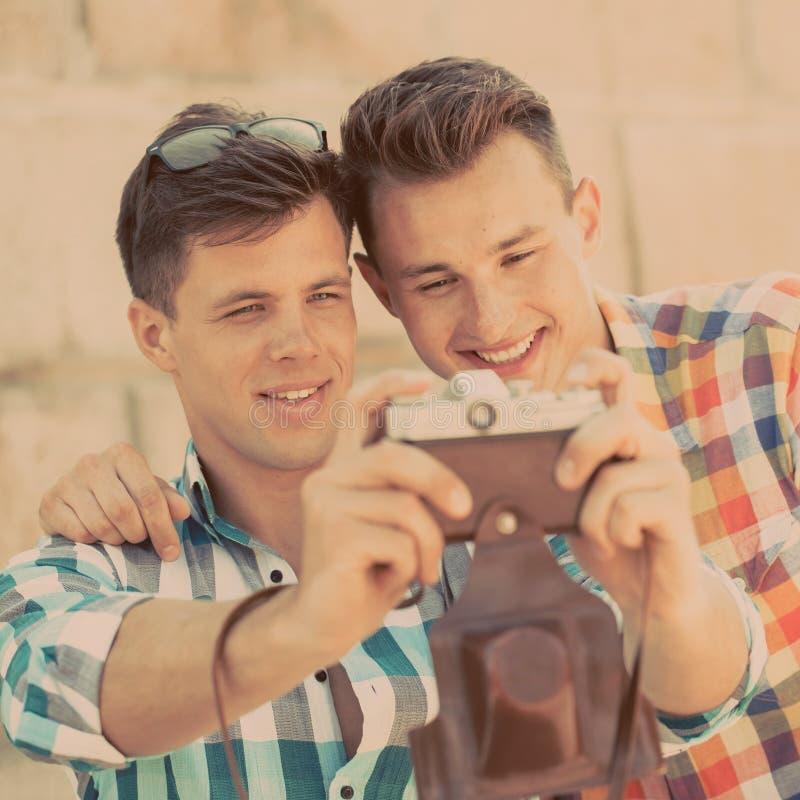Twee jongens met retro fotocamera royalty-vrije stock afbeeldingen