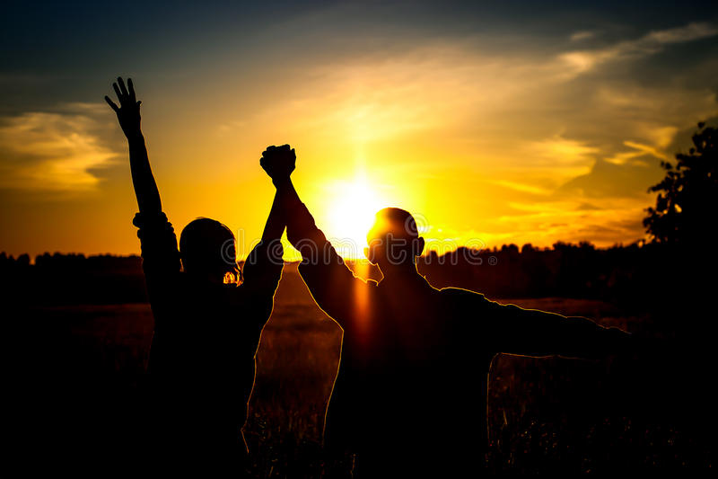 Twee Jongens op de Zonsondergang stock afbeeldingen
