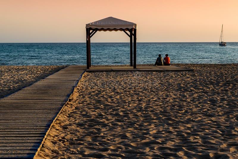 Twee jongens op een eenzaam strand royalty-vrije stock afbeelding