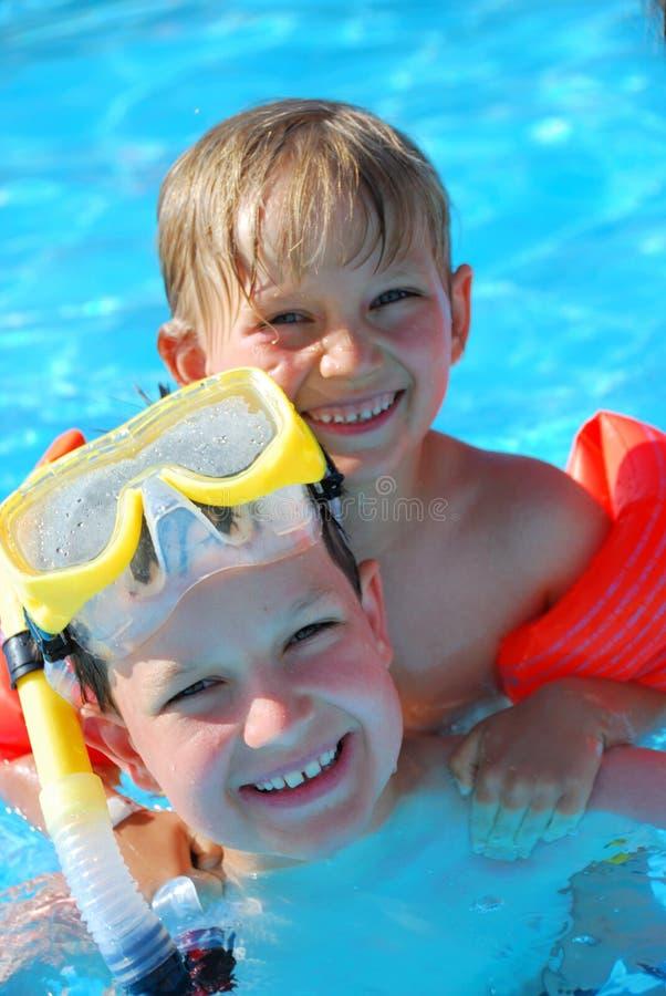 Twee jongens in pool stock foto
