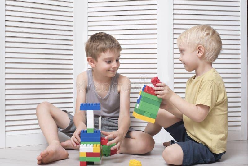 Twee jongens spelen een ontwerper Mededeling en vriendschap royalty-vrije stock foto