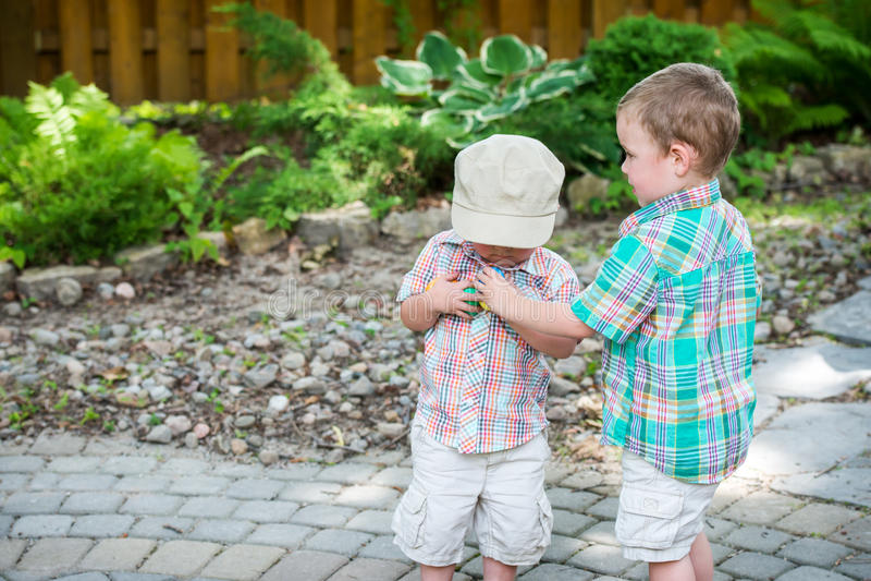 Twee Jongens verzamelen Kleurrijke Paaseieren royalty-vrije stock foto