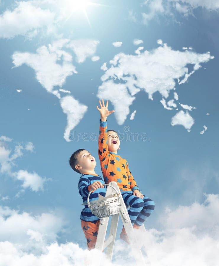 Twee jongens wat betreft een wereld brengen in kaart stock afbeelding