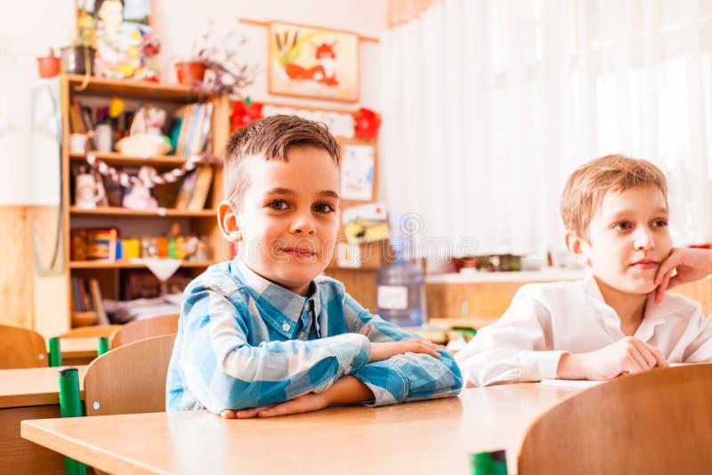 Twee jongens zitten bij het bureau op de les royalty-vrije stock foto