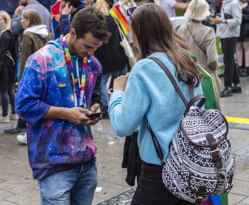 Twee jongeren die die de Gay Pride-parade bijwonen ook als Christopher Street Day-CDD in München, Duitsland wordt bekend royalty-vrije stock foto