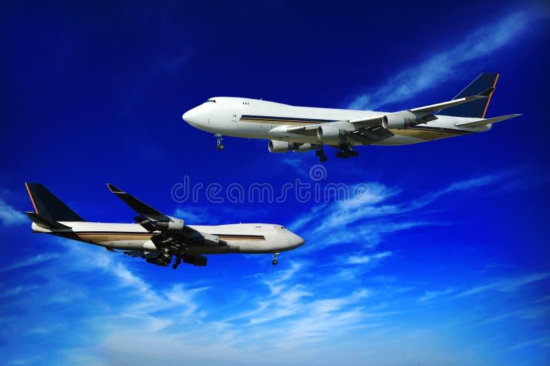 Twee jumboes en blauwe hemel stock fotografie