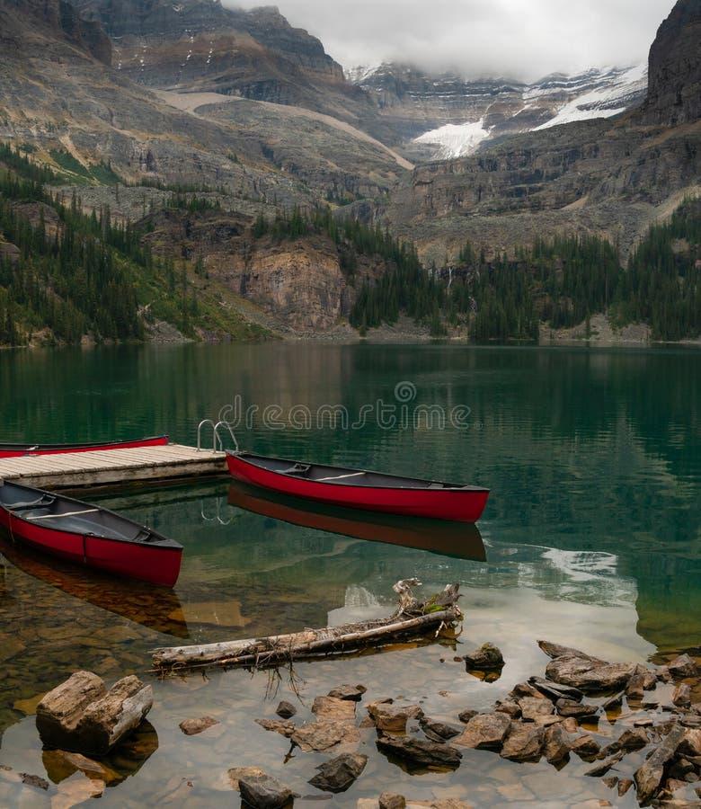 Twee kano's die op gebruik in de Canadese Rotsachtige Bergen in Yoho National Park wachten royalty-vrije stock foto's